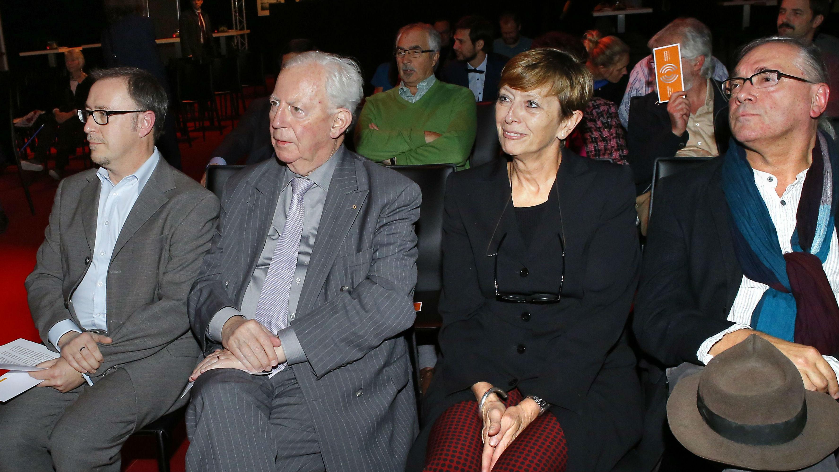 (vu l. no r.) Claude Mangen, President vum Jury, Jacques Santer, Éierestaatsminister, Simone Beck, Member vum Jury, Nico Helminger, Schrëftsteller (©Claudine Bosseler)
