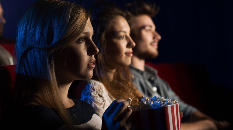 Frënn iesse Popcorn am Kino