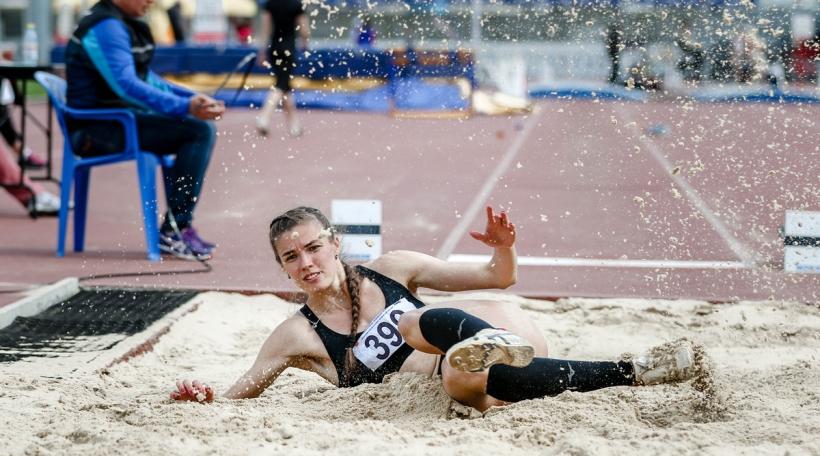 Athletin beim Wäitsprong