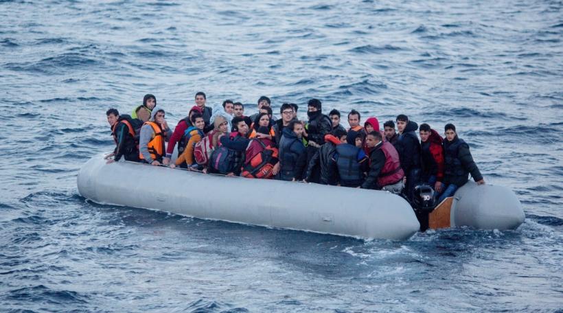 Flüchtlingen an engem Boot um Mëttelmier
