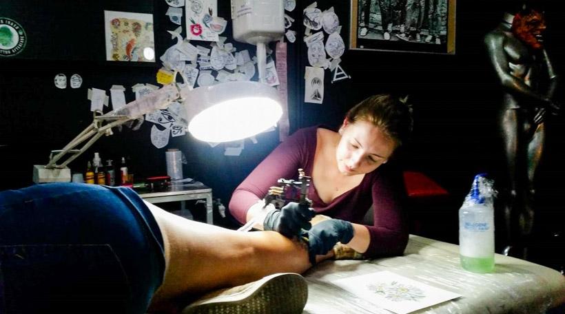 Guy Helminger op Besuch am Tattoostudio