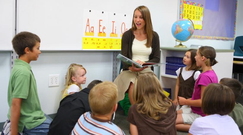 Léierin liest mat Schüleren