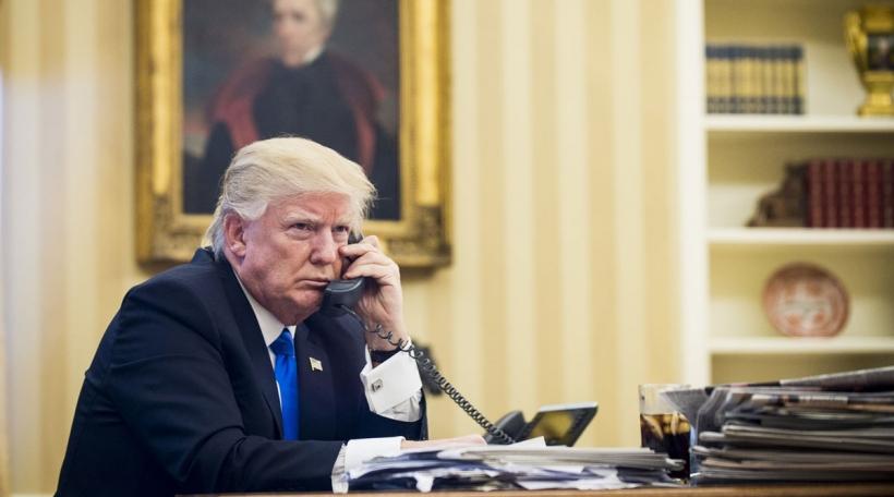Den Donald Trump um Telefon mam australesche Premier