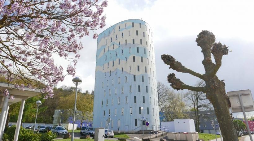 Ee vun den himmelbloen Appartementshaiser am Quartier vu Wiesberg.