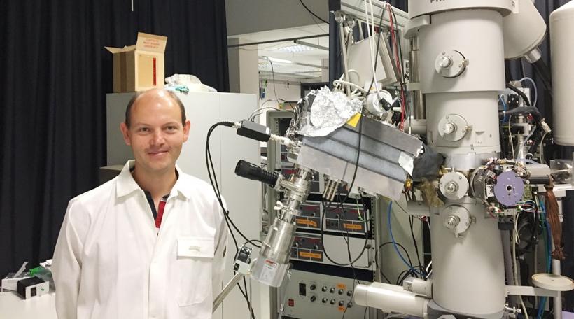 Den Tom Wirtz mat engem Massespektrometer