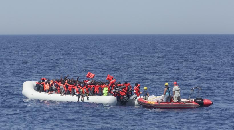 Membere vun enger ONG verdeele Rettungswesten