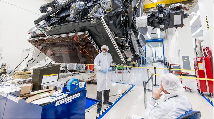 Satellitte-Produktioun bei Boeing