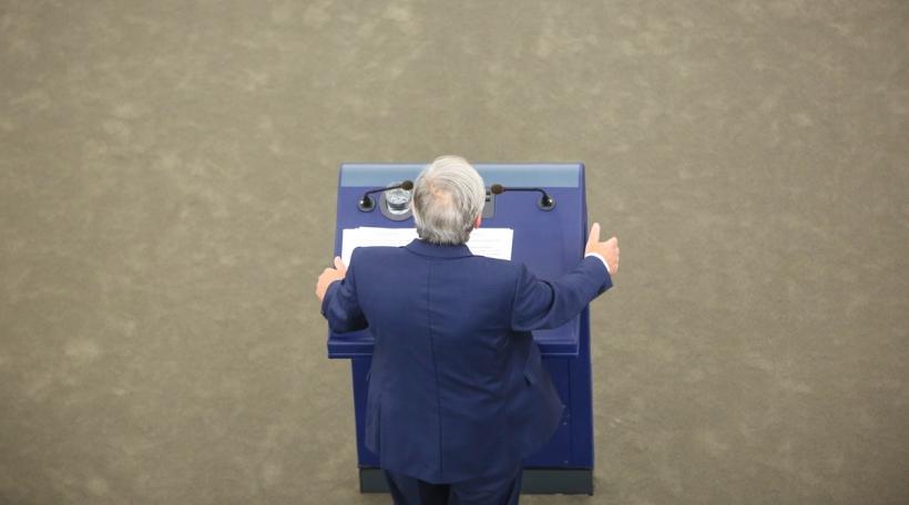Juncker virum Europaparlament
