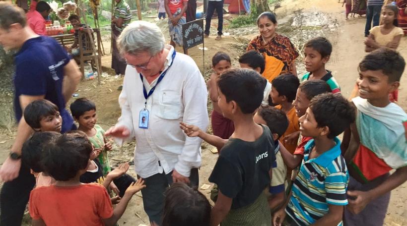 Marc Elvinger vun der ONG Friendship an engem Flüchtlingscamp am Bangladesch
