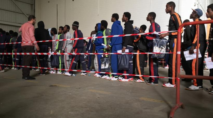 Flüchtlingen am Hangar vun der OIM. Foto: Mick Entringer.