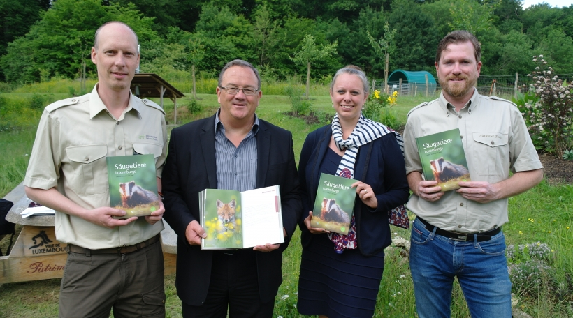 """De Laurent Schley vun der Natur- a Bëschverwaltung (riets um Bild) ass och ee vun den zwee Auteure vum Buch """"Säugetiere Luxemburgs"""""""