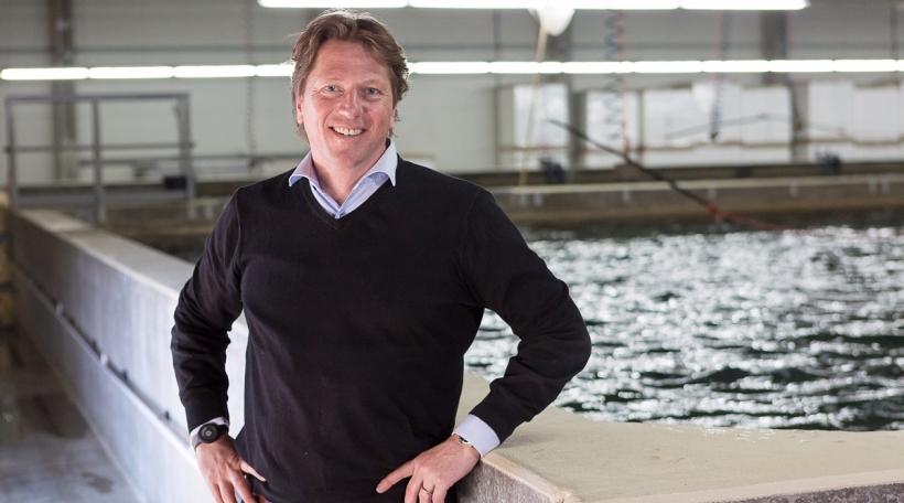 Der Geschäftsführer der Fresh Vöklingen GmbH, Peter Zeller an einem der Pools seiner Meeresfischzuchtanlage. Foto: Rich Serra