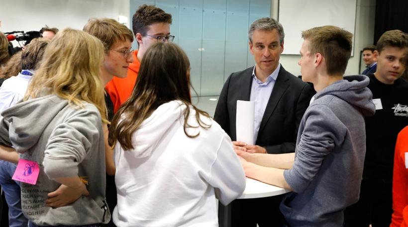 Schüler diskutéiere mat Politiker