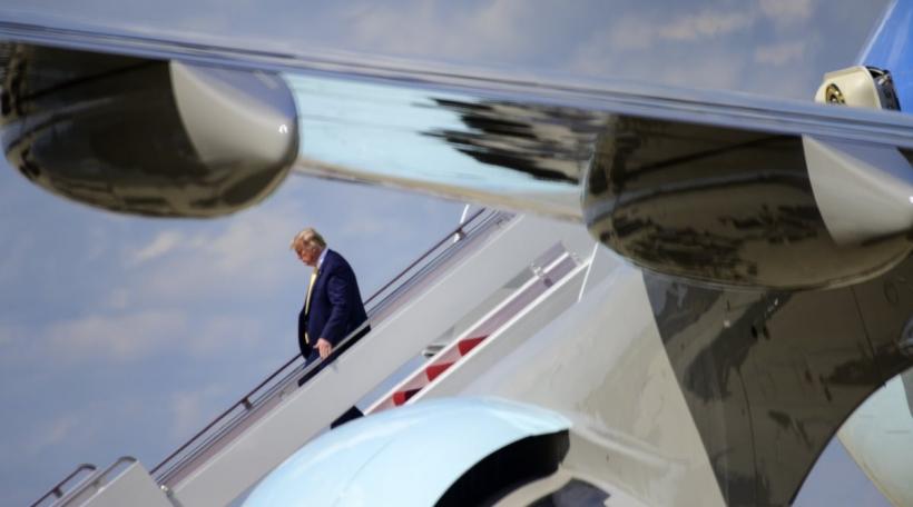 Den Donald Trump klëmmt aus dem Fliiger