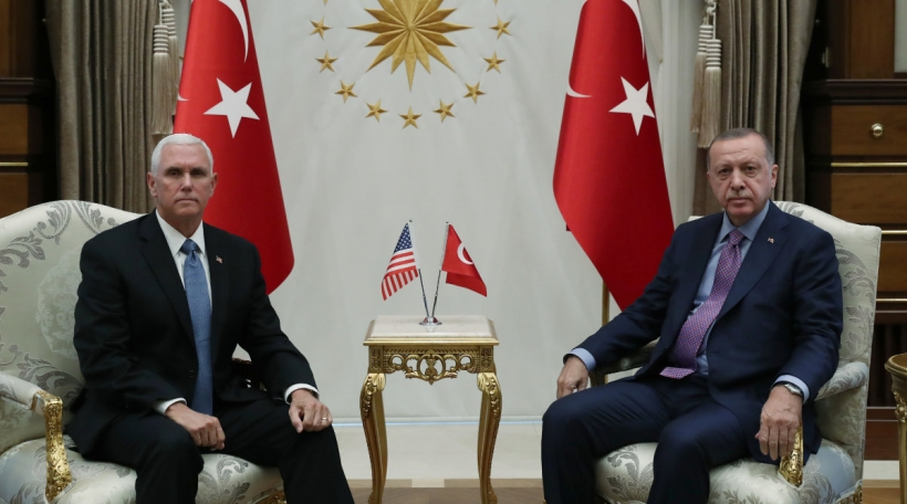 De Mike Pence, Vizepresident vun den USA, mam tierkesche President Recep Tayyip Erdoğan