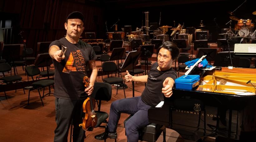 Den Aleksey Igudesman an den Hyung-ki Joo an der Philharmonie