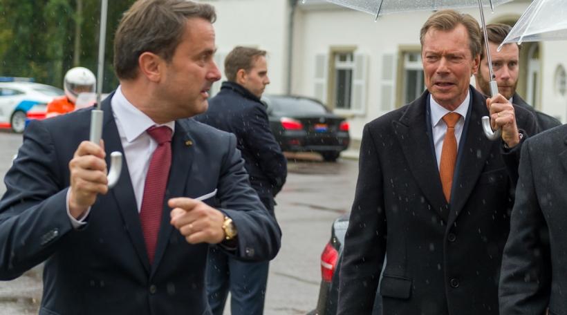 (de g. à dr.) Xavier Bettel, Premier ministre, ministre d'État ; S.A.R. le Grand-Duc ; S.M. le roi des Belges