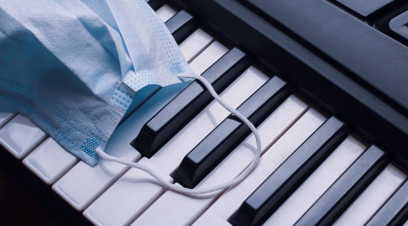 Eng Mask op engem Piano