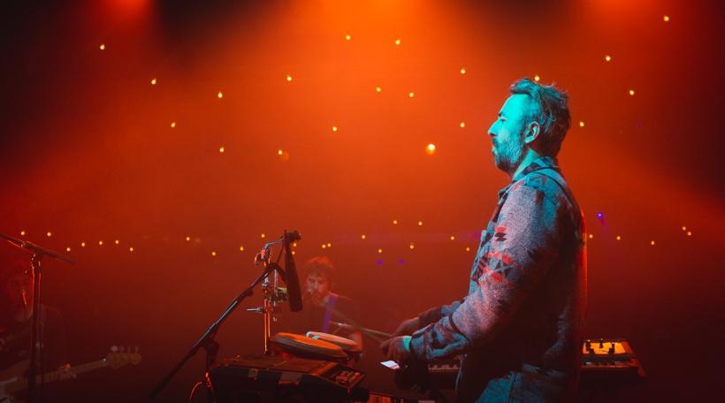 Den Tommy Onraedt spillt Synthesizeren a Perkussioun (Foto: radio 100,7/ys)