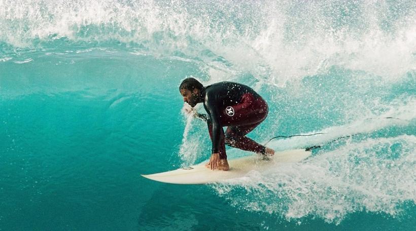 De Belmiro Mendes ass 7-fache Surfchampion vu Madeira an och schonn zu Nazaré a Portugal gesurft (Foto: salty.pt)
