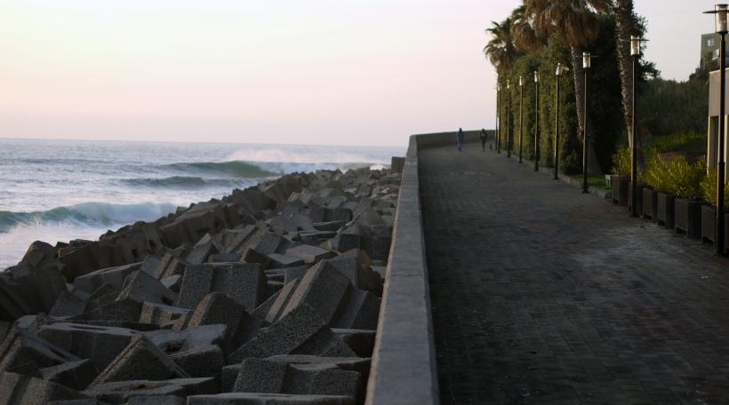 D'Haiser an d'Leit vu Jardim do Mar sollen duerch déi breet Betonsmauer virun de Welle geschützt ginn (Foto: Tessy Steffen Koenig)
