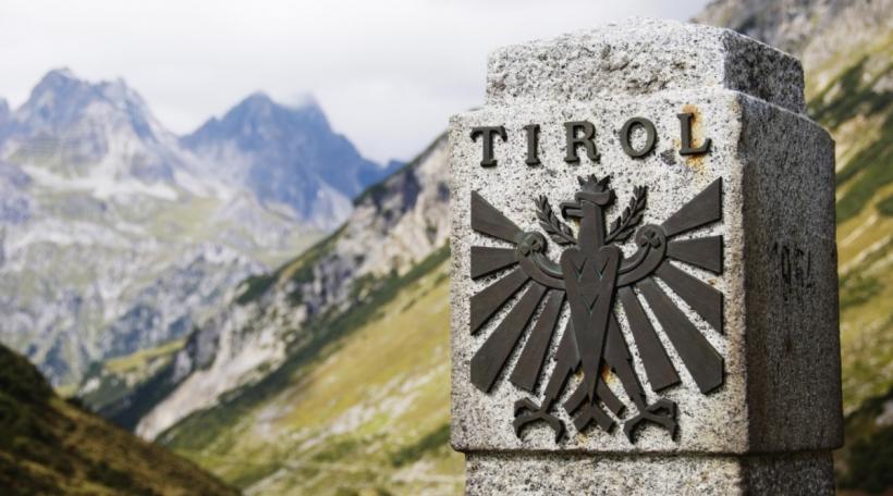 Ee Grenzstein tëschent Tirol a Vorarlberg