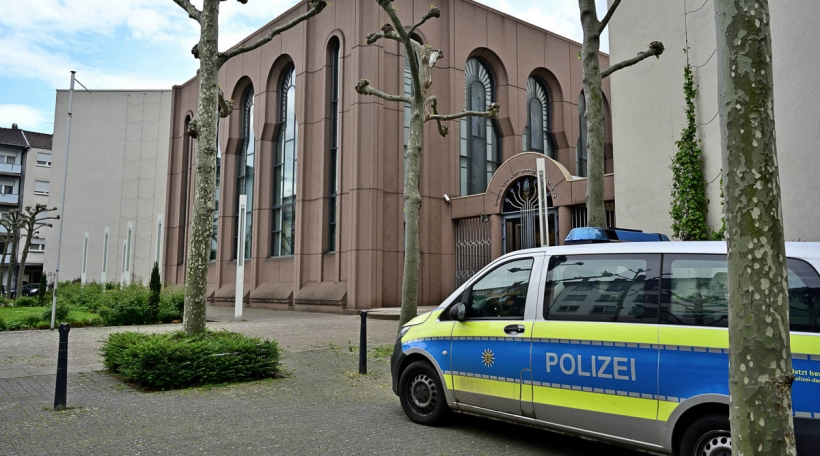 Policeauto virun enger Synagog