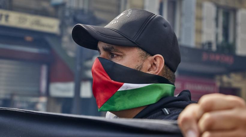 Een Demonstrant op enger Maniff fir Palestina