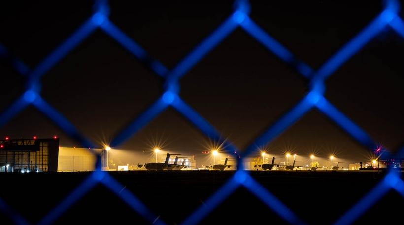 Transportflugzeuge vom Typ Airbus A400M der Luftwaffe stehen am Abend auf dem Fliegerhorst Wunstorf in der Region Hannover hinter einem Zaun. Angesichts des rasanten Vormarschs der Taliban in Afghanistan will die Bundeswehr am Montag