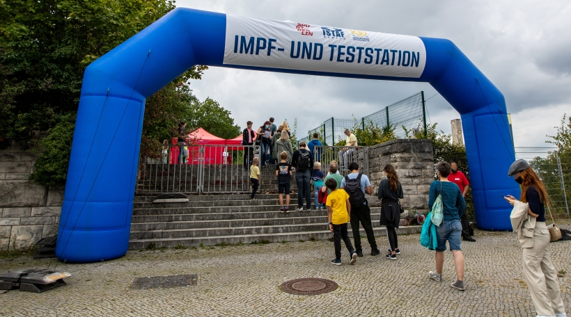 Leichtathletik: Meeting, ISTAF, Internationales Stadionfest im Olympiastadion: Menschen stehen an der Impf- und Teststation an.